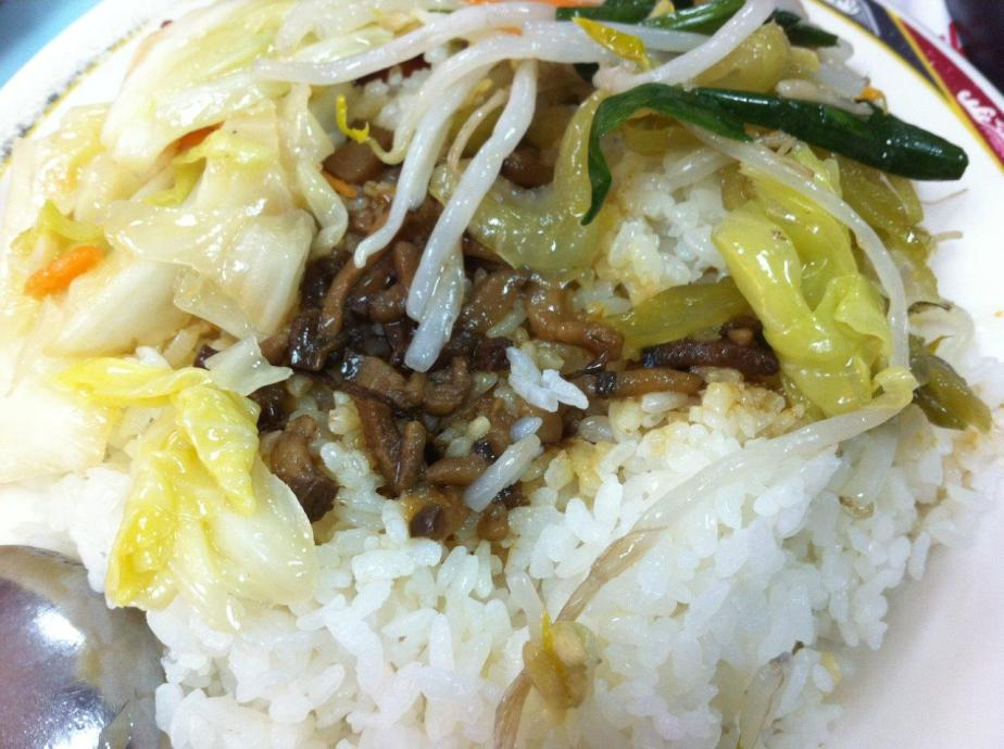 Rice comes with veg and 卤肉 sauce!