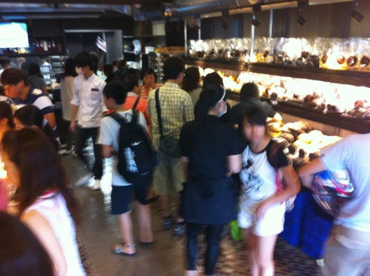 Look at the crowd at 4pm off peak period... But at least the staff here in this Shilin outlet is very very nice and helpful... Maybe size does really matter... haha