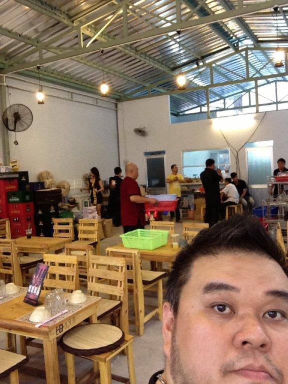 I really dunno if this is a restaurant or a warehouse or a hall... but good thing is, the ceiling is high and can open up with the weather is good.