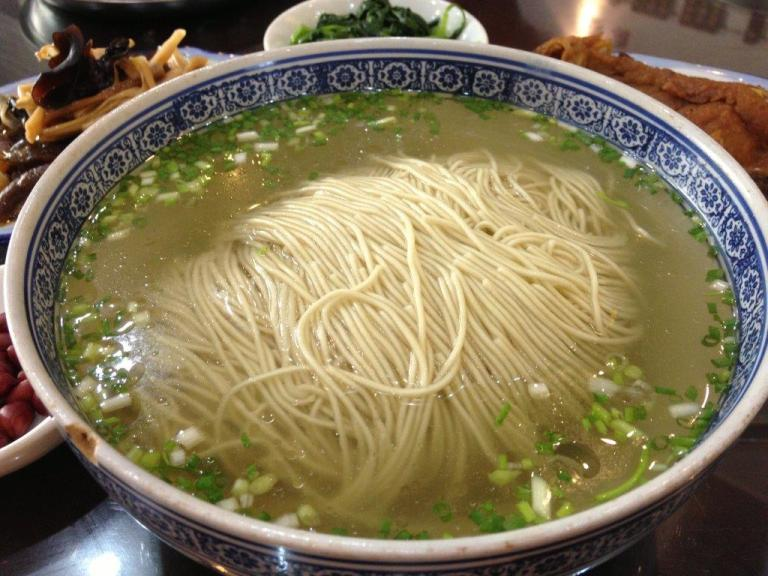 白汤 (White Soup) RMB5 - Typical Suzhou noodles with clear soup. Don't think they use MSG as I couldn't detect the usual MSG taste. Soup is nice and thick, I believe was boiled with pork bones among other ingredients for hours/days/weeks/months. You'll never know. ;)