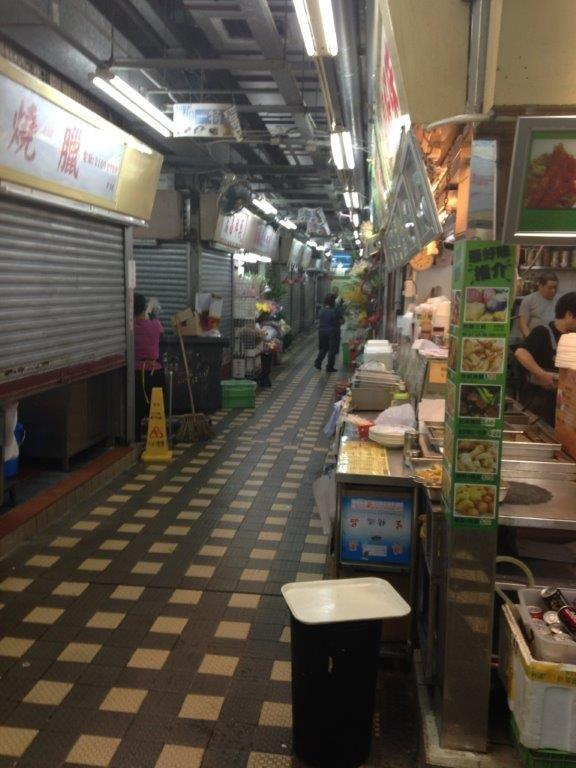 Rather clean for a market... on the right is the stall selling Cheong fun, curry fishballs, braised wings, etc. Quite good also.
