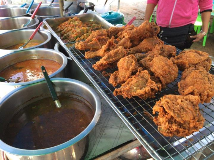 The we spotted again some fried chicken stall along the same road