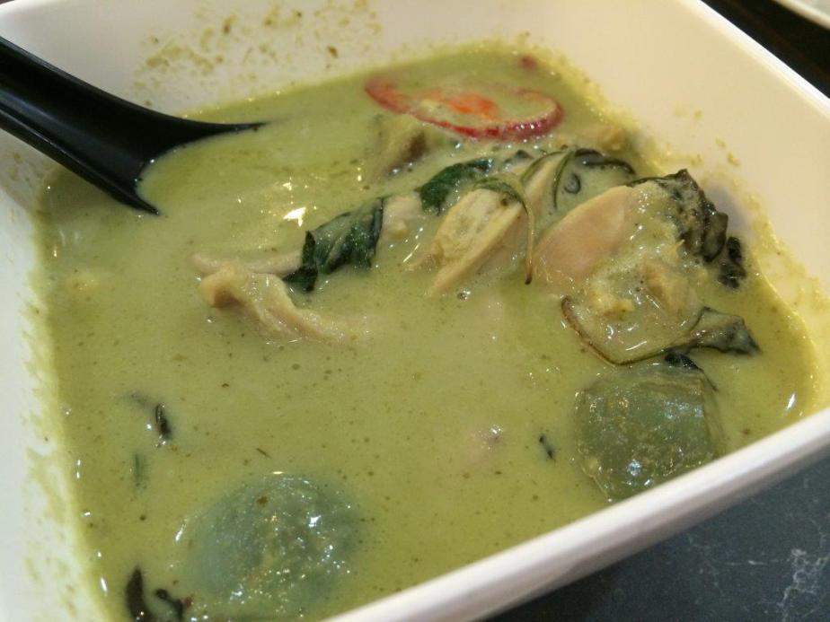 Green Curry Chicken - Not bad, using the right ingredients of Thai brinjals, sweet basil and kaffir lime leaves. But I reckon still lack of the palm sugar inside.