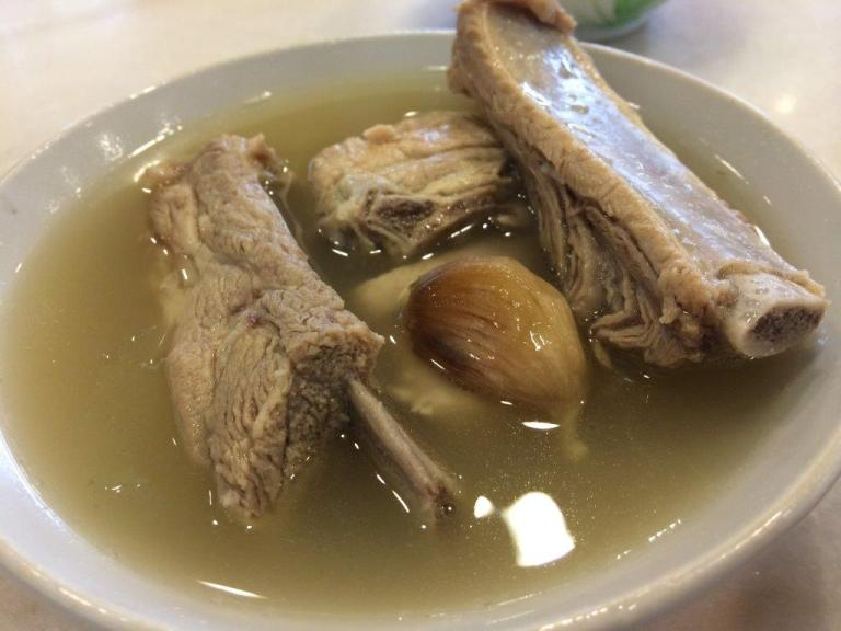 I was expecting a small bowl of bak kut teh prolly with 3 miserable pieces of pork ribs/bones. But there was 4 pieces with 2 rather meaty ribs. Soup was really wholesome and peppery, love it!