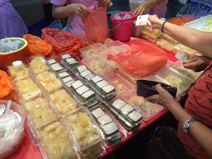 Thai som tam and desserts, 4 boxes for $10! Eye candy at the stall guys!