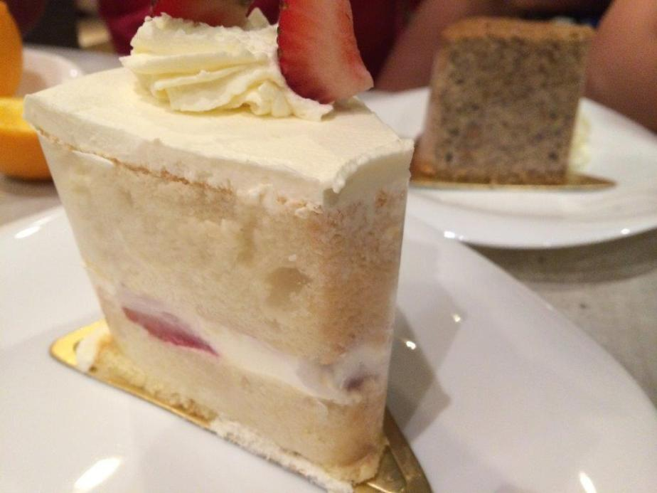Strawberry cake is soso... Can pass...