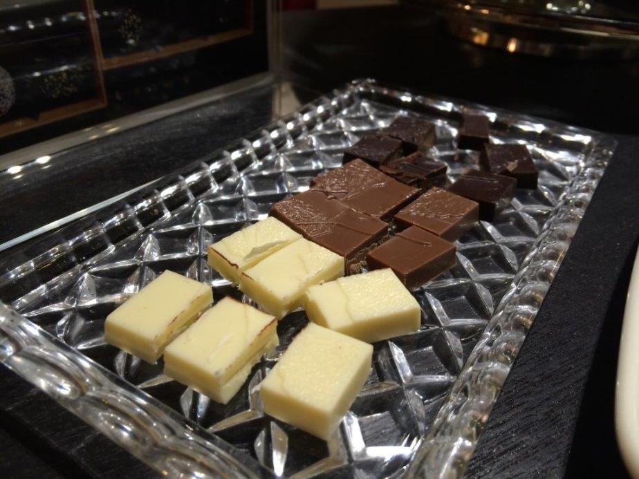 Some chocolate pieces to  'warm' up our palettes.
