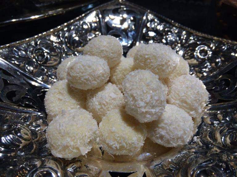 First up was the Lemongrass Coconut Truffles. A unique blend using natural lemongrass to infuse the flavour into the white chocolate and coated in grated coconut. The grated coconut represents Singapore, hence it is a custom chocolate to mark this flagship shop! The lemongrass flavour was a little weak though due to using natural ingredients instead of flavour enhancers in the chocolates. Nevertheless was a nice refreshing start!