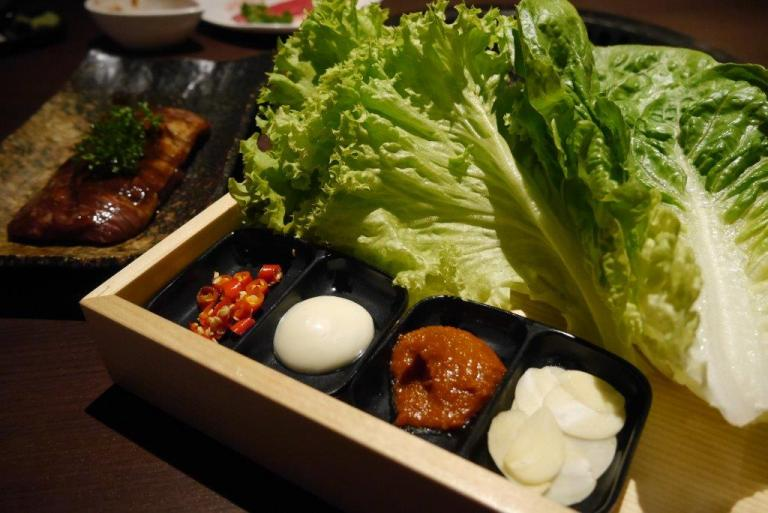 Lettuce and condiments to wrap the Harami