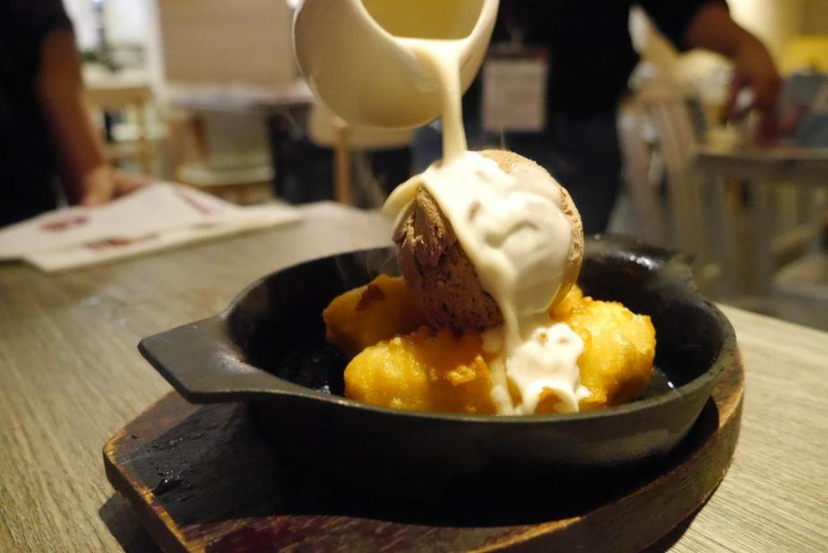 Sizzling Banana Fritters ($7.95) - Hot plate, crispy bananas, ice cream on top and poured over with coconut cream. Then watch it sizzle right in front of your eyes. :) Great way to end the night.
