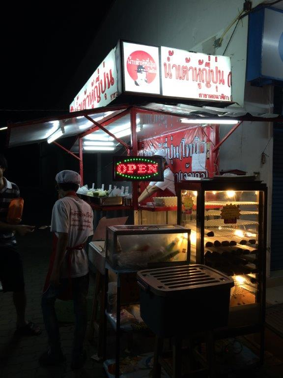 Heard this stall is very popular due to the youtiao and pandan custards.