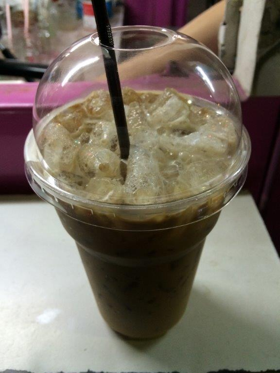 My order of kafei yen (Thai ice coffee).