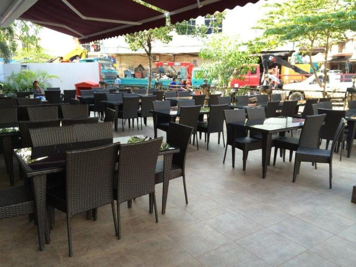 Wah got alfresco seating and also band playing on weekends!