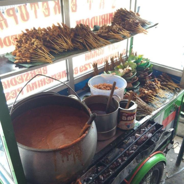 Satay or Sate spelt in Indon. Check out the pot of peanut sauce! Damn awesome!